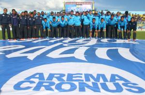 Sejumlah pemain dan official tim Arema Cronus berfoto saat peluncuran tim tersebut di Stadion Kanjuruhan, Malang, Jawa Timur, Minggu (15/2)